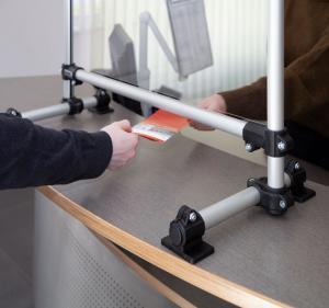 Chroń pracowników i klientów: indywidualnie dopasowane osłony przed kichaniem, kaszlem i plwociną